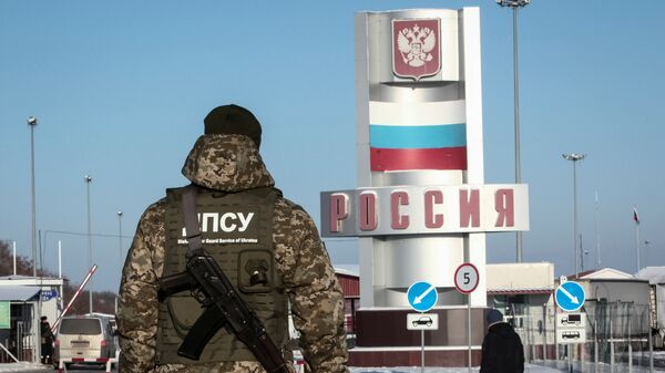 Украинский пограничник на контрольно-пропускном пункте Гоптовка на границе России и Украины. Архивное фото