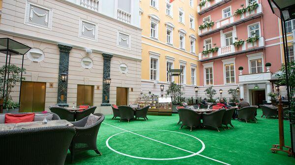 Внутренний двор Belmond Grand Hotel Europe, оформленный к ЧМ-2018, июль 2018 года, Санкт-Петербург