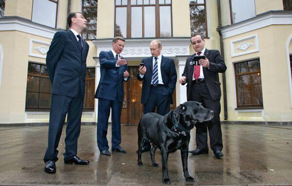 Лабрадору Путина подарили первый в мире ошейник с приемником ГЛОНАСС