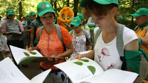 Дети рассматривают книгу о природе