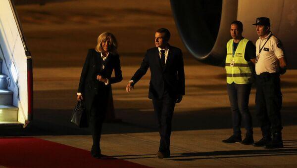 Президент Франции Эммануэль Макрон с супругой Бриджит в аэропорту Буэнос-Айреса. 28 ноября 2018