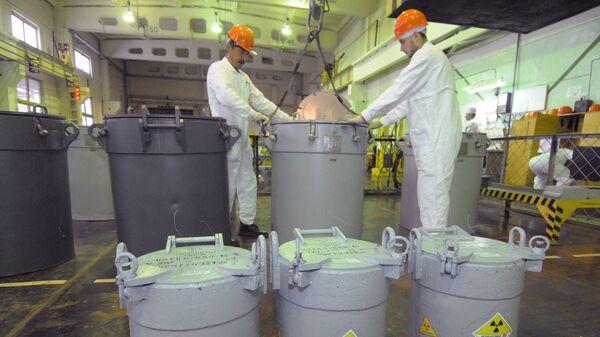 Сотрудники транспортно-упаковочного комплекса на предприятии по хранению и переработке отработанного ядерного топлива