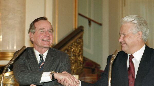 Президент РФ Борис Ельцин и президент США Джордж Буш после подписания российско-американского договора о дальнейшем сокращении и ограничении стратегического наступательного вооружения