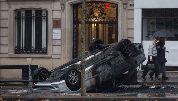 Автомобиль, сгоревший во время протестной акции движения автомобилистов желтые жилеты в Париже. 1 декабря 2018