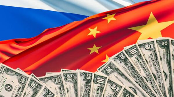 Флаги России и Китая и доллары. Архивное фото