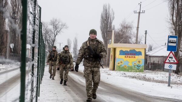 Украинские пограничники патрулируют украинско-российскую границу в городе Меловое