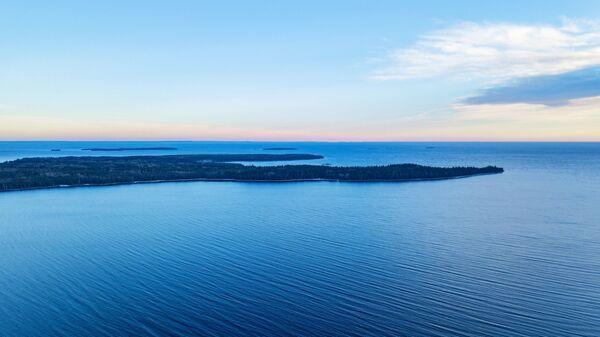 Вид на южную оконечность острова Суйсарь в Онежском озере в Прионежском районе Республики Карелия