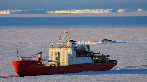 Научно-исследовательское судно 64-й РАЭ Академик Федоров, на борту которого находится аппаратура для оснащения наземного центра приема и обработки информации, поступающей со спутников ДЗЗ