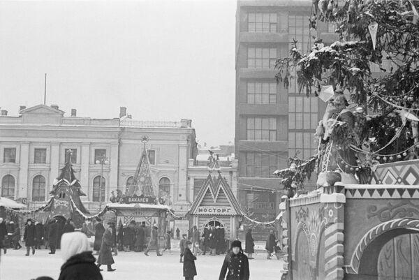 Елочный базар на Пушкинской площади в Москве. 1947 год.