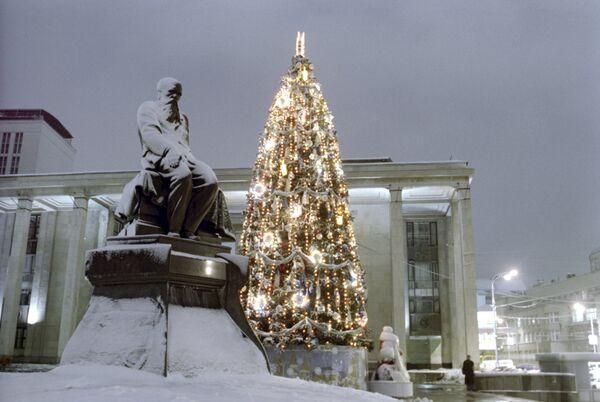 Памятник Федору Михайловичу Достоевскому у станции метро Библиотека имени Ленина