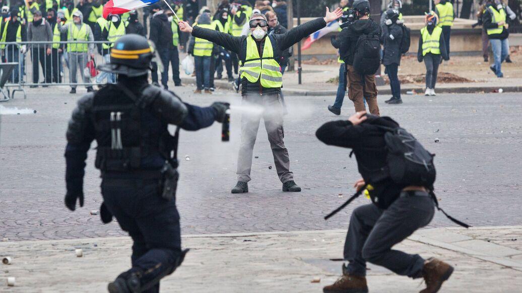 В Париже полиция применила слезоточивый газ против протестующих школьников