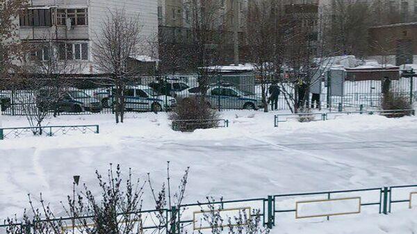 Полицейские автомобили у здания школы №1359 в Москве