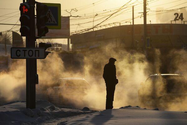 Мужчина на улице Фабричная в Новосибирске