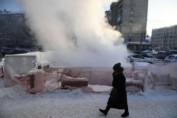 Женщина идет по проспекту Димитрова в Новосибирске