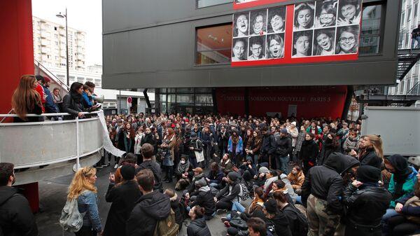 Собрание студентов университета Сорбонны во время акций протеста во Франции. 6 декабря 2018