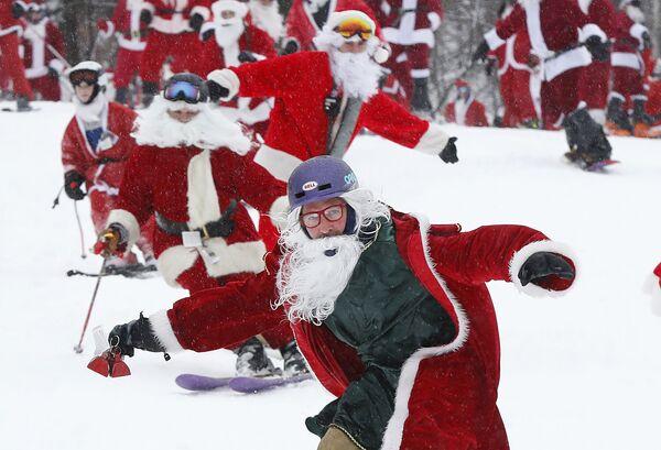 Лыжники и сноубордисты одетые как Санта-Клаус во время ежегодного мероприятия