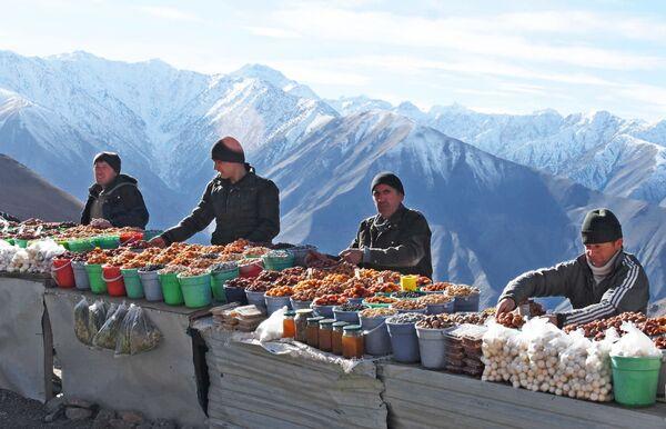 Продавцы сухофруктов на горном перевале