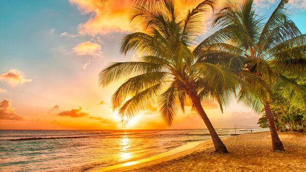 Вид на закат с пляжа Карибского острова Барбадос