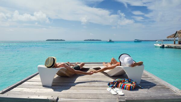 Пара отдыхает на пляже