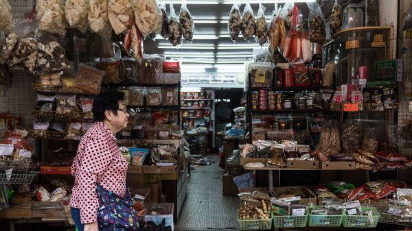 Продажа ингредиентов для традиционной китайской косметики и лекарств на рынке в Гонконге