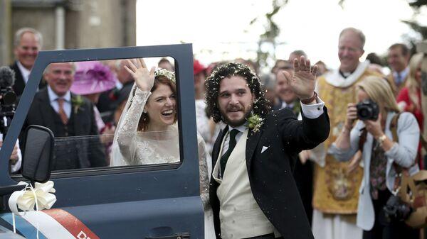 Звезды сериала Игра престолов Роуз Лесли и Кит Харингтон после свадебной церемонии