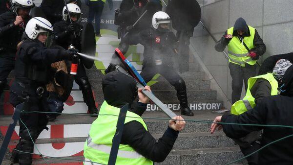 Столкновение демонстрантов с полицией во время протеста желтых жилетов против повышения тарифов на топливо в Брюсселе, Бельгия. 8 декабря 2018