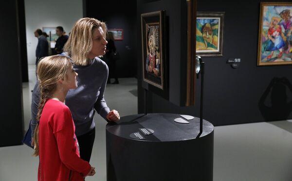 Посетители на выставке в Музее русского импрессионизма