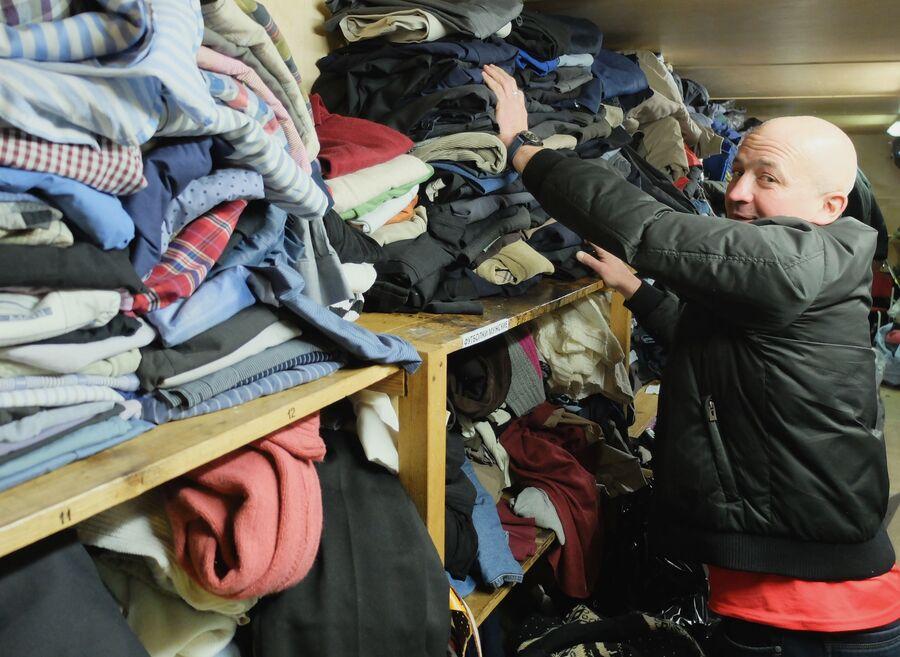 Подопечный «Ангара спасения» Алексей Евгеньевич С. в пункте выдачи одежды для бездомных