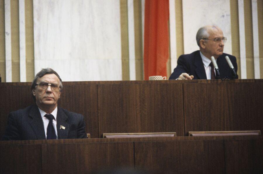 Президент СССР Михаил Горбачев и вице-президент СССР Геннадий Янаев на заседании IV сессии Верховного Совета СССР. 1991 год