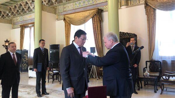 Вручение ордена Дружбы бывшему министру финансов КНР Лоу Цзивэю в посольстве РФ в Пекине. 11 декабря 2018