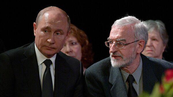 Президент РФ Владимир Путин и сын Л. Алексеевой профессор экономики университета Индианы Михаил Алексеев
