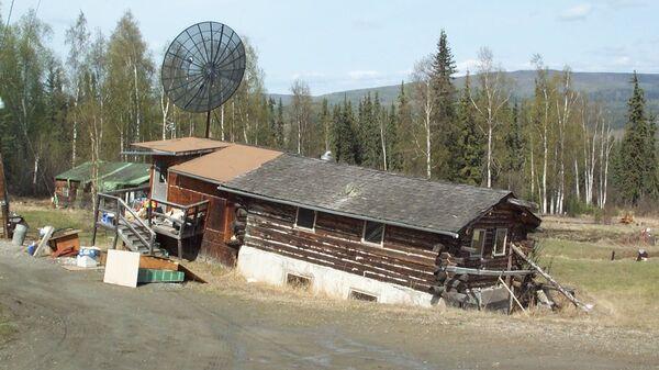 Дом в окрестностях Фейрбэнкса, утонувший в почве из-за таяния вечной мерзлоты
