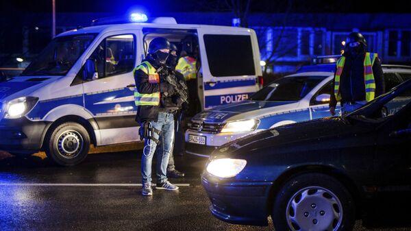 Сотрудники полиции на пограничном переходе между Страсбургом (Франция) и городом Кель (Германия)