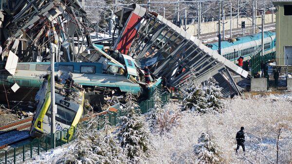 Вагоны скоростного поезда, сошедшие с рельс при столкновении поездов в районе станции Маршандиз в западной части Анкары. 13 декабря 2018