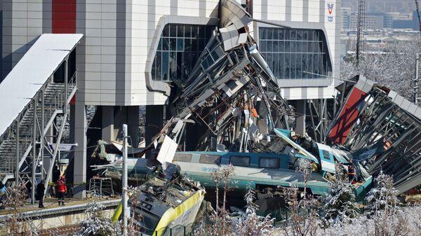 В Турции уточнили число погибших в аварии с поездом