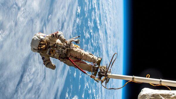 Выход в открытый космос космонавтов Роскосмоса.
