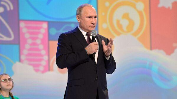 Президент РФ Владимир Путин принимает участие в открытом уроке Направление прорыва в Ярославле