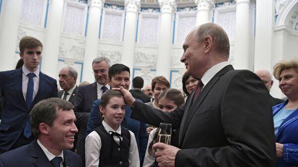 Президент РФ Владимир Путин и Михаил Терентьев на церемонии вручения Государственных премий за выдающиеся достижения в правозащитной и благотворительной деятельности
