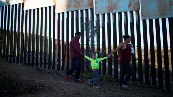 Мигранты из Гондураса, направляющиеся в США, на границе Мексики