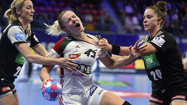 Спортсменки сборной Германии и Венгрии во время чемпионата Европы по гандболу среди женщин 2018