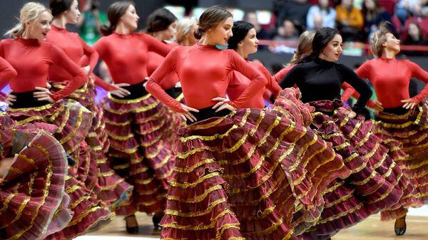 Девушки из группы поддержки БК Уникаха танцуют в матче группового этапа Кубка Европы по баскетболу сезона 2018/19 между БК УНИКС и БК Уникаха
