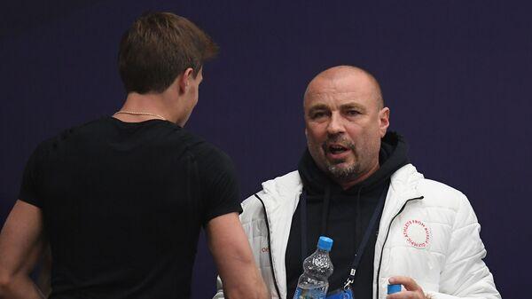 Тренер Александр Жулин дает наставления Никите Кацалапову
