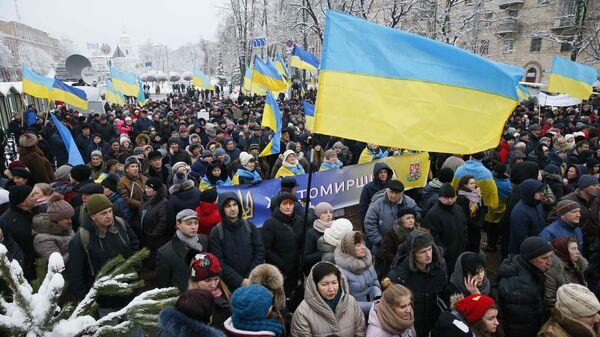 Украинские верующие рядом с Софийским собором в Киеве, Украина. 15 декабря 2018