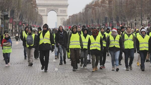 Демонстрация движения желтые жилеты в Париже, Франция. 15 декабря 2018