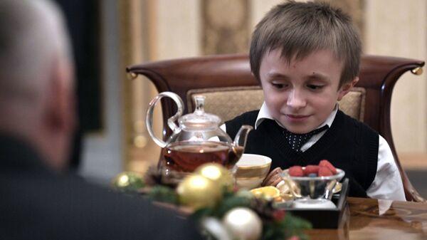 Артём Пальянов, который мечтает увидеть Санкт-Петербург с высоты птичьего полёта, во время встречи с президентом РФ Владимиром Путиным. 15 декабря 2018