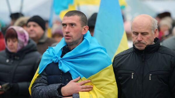 Верующие на объединительном соборе на Софийской площади в Киеве. 15 декабря 2018 года