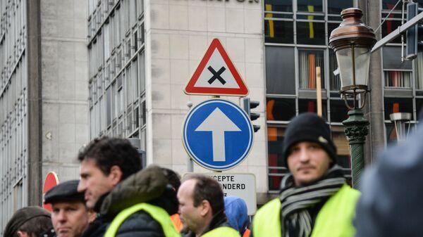 Участники акции протеста движения автомобилистов желтые жилеты в Брюсселе. 15 декабря 2018