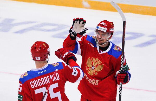Хоккеисты сборной России Михаил Григоренко и Андрей Локтионов (слева направо) радуются заброшенной шайбе