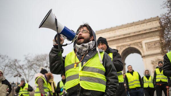 Участники акции протеста желтые жилеты в Париже