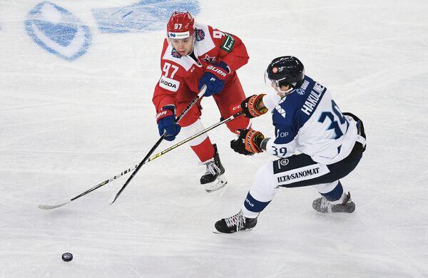 Форвард сборной Росси Никита Гусев и нападающий сборной Финляндии Анрей Хакулинен (слева направо)